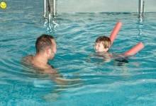 Как научить малыша плавать
